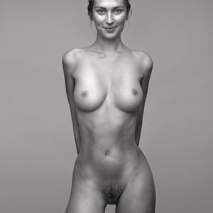 Изображение помечено: Skinny, Brunette, Black and White, Boobs, Smiling, Tummy