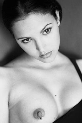 Изображение помечено: Brunette, Black and White, Boobs, Eyes, Face, Piercing
